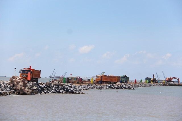 Chấp thuận bổ sung khối lượng bù lún trong thi công đê chắn sóng phía Nam